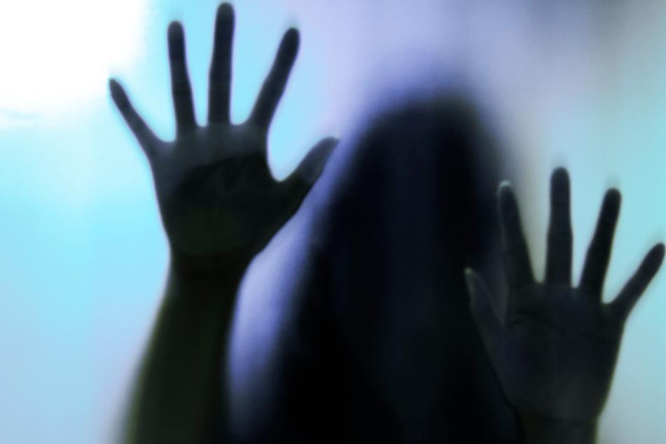 Grausame Rache: Frau sorgt dafür, dass sieben Männer ihre Freundinnen vergewaltigen