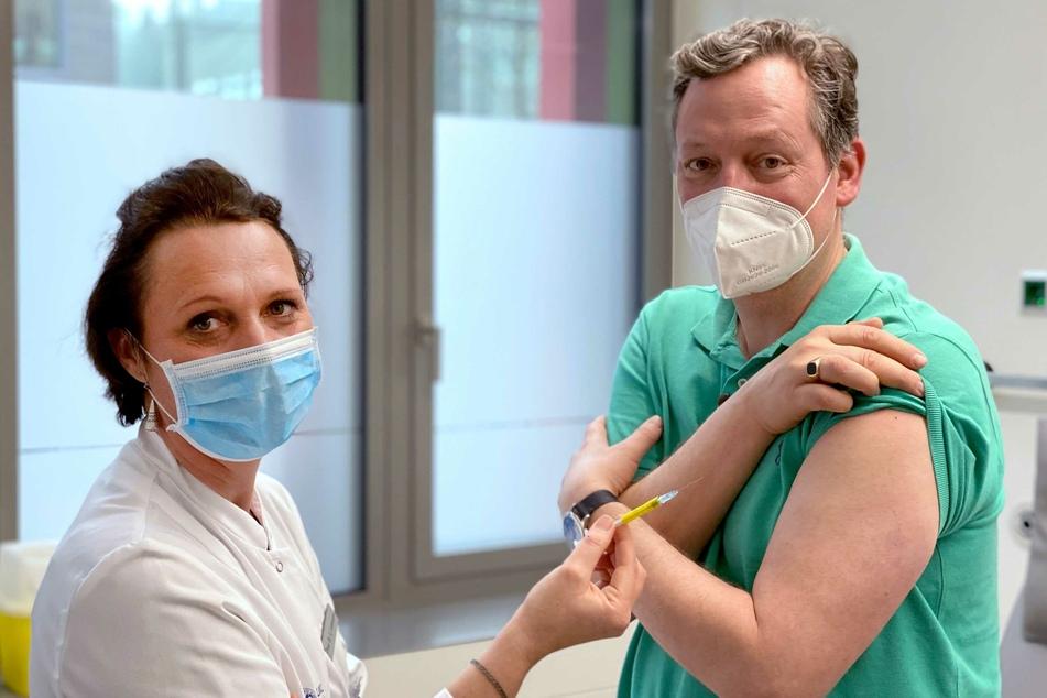 Arzt und Wissenschaftsjournalist Eckart von Hirschhausen (53, l) hat für eine TV-Doku an einer Impfstudie in Köln teilgenommen.