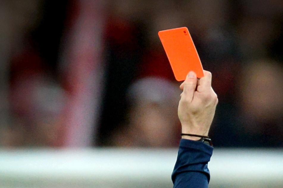 Kreisliga brutal: Spieler sieht Rot und schlägt Schiri nieder