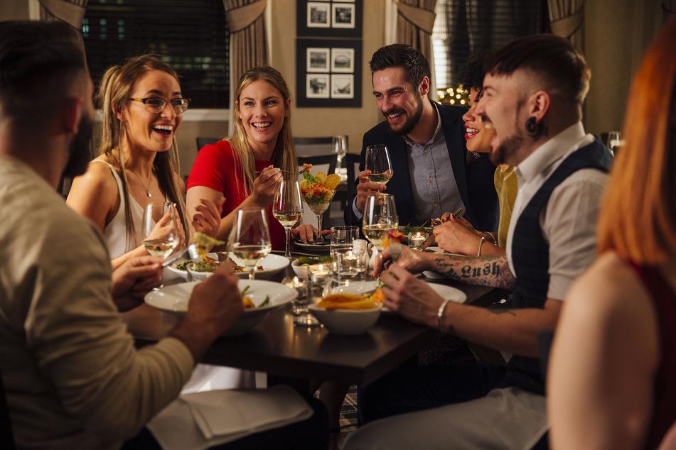 Geselligkeit frisst Ängste auf: In Schweden dürfen noch bis zu 50 Personen zusammen feiern.