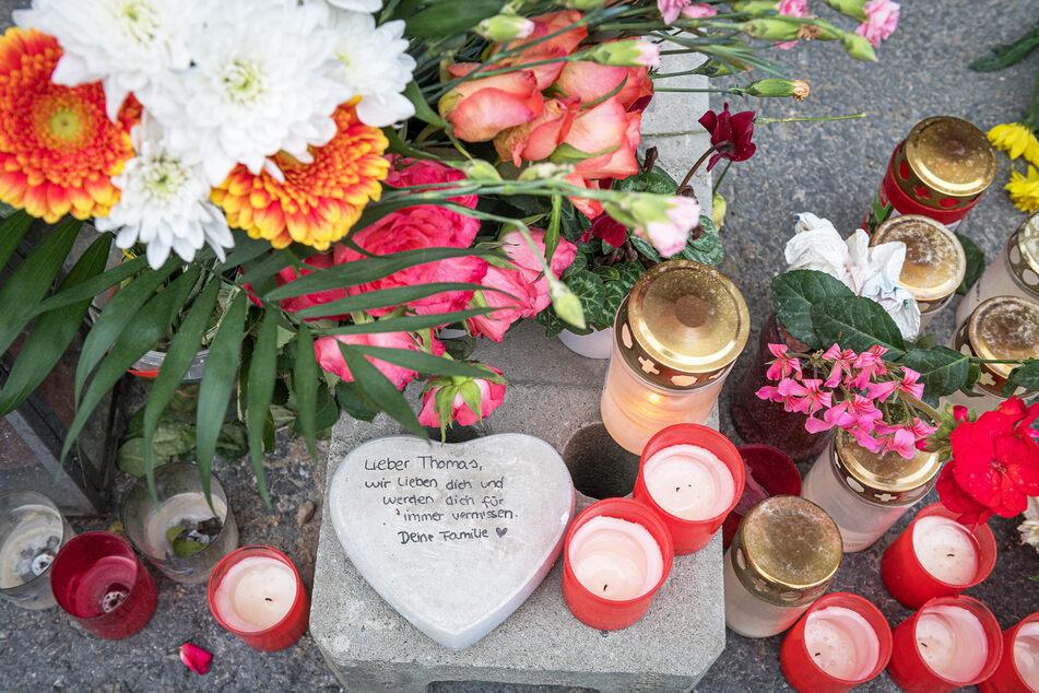 Am Tatort legten Angehörige und Dresdner Blumen und Kerzen nieder, um dem verstorbenen Thomas L. (†55) zu gedenken.