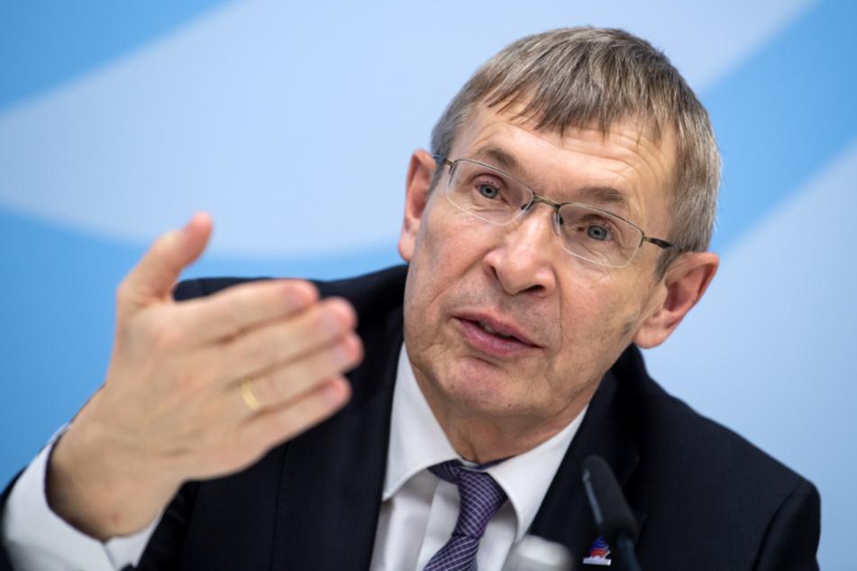 Klaus Cichutek äußert sich bei einer Pressekonferenz im Bundesministerium für Bildung und Forschung zu Maßnahmen gegen die Ausbreitung des Coronavirus.