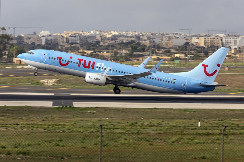 Eine Maschine von Tuifly hebt in Malta ab.