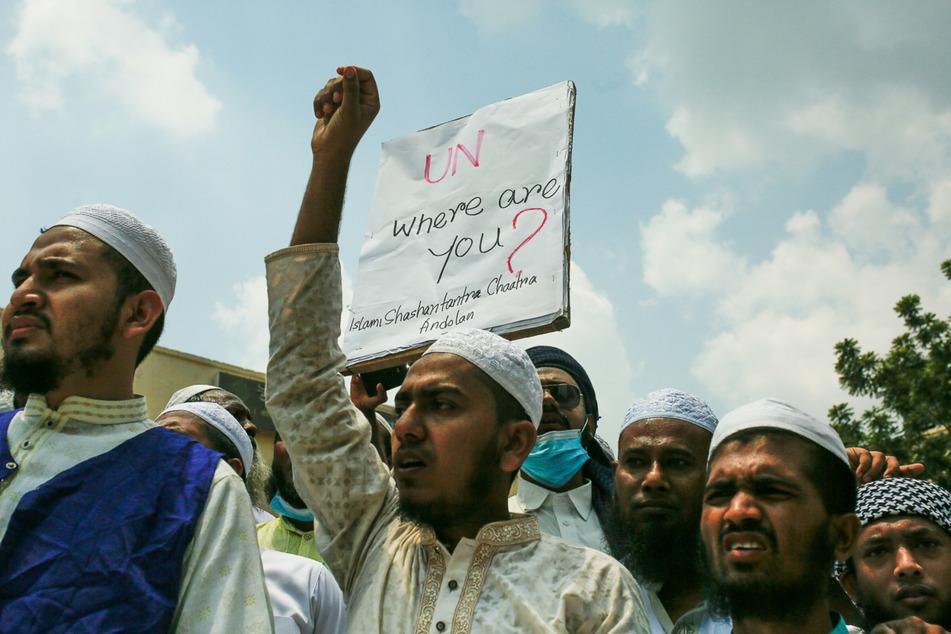 """Muslime nehmen mit einem Plakat mit der Aufschrift """"UN, where are you?"""" (UN, wo seid ihr?) an einem Protest teil während inmitten des eskalierenden Aufflammens der israelisch-palästinensischen Gewalt im Gazastreifen."""
