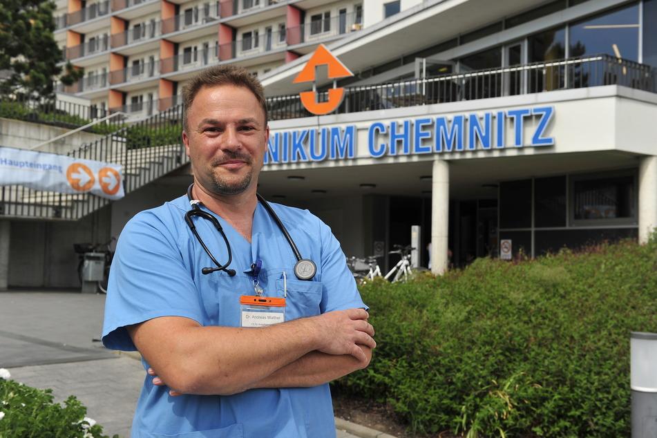 """Dr.Andreas Walther (47) gründete 2016 den Verein """"WeltBeweger"""". Jetzt will der Mediziner einem Mann (18) aus Gambia ein Bein retten."""