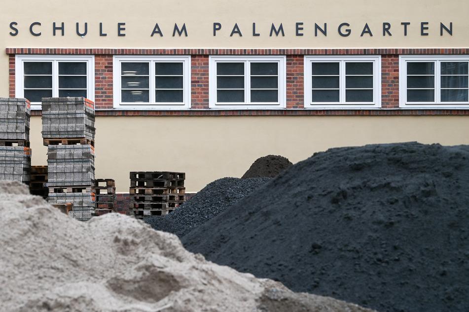 An der Schule am Palmengarten im Leipziger Westen wird gebaut: Während der Sommerferien sind die Sanierungen in vielen sächsischen Schulen in vollem Gange.
