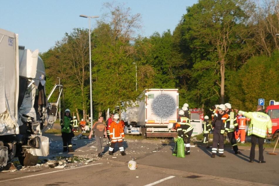 Einsatzkräfte beseitigen das Trümmerfeld.