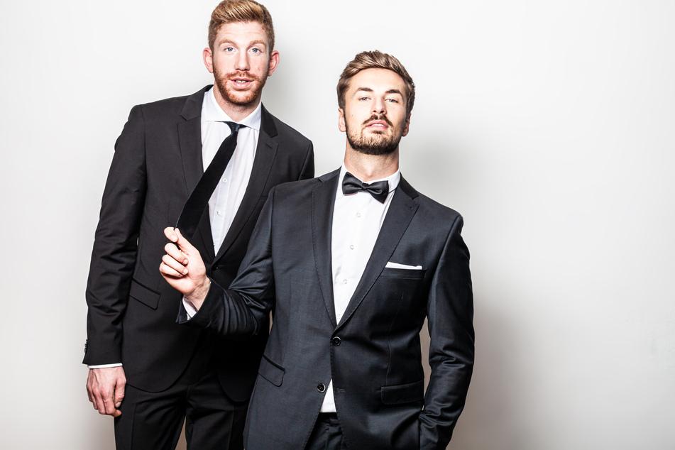 """Mehr als ein halbes Jahr nach den Dreharbeiten ist die TV-Romanze zwischen Lars Tönsfeuerborn (30, l.) und """"Prince Charming"""" Nicolas Puschmann (29) zu einer intensiven Liebesbeziehung geworden."""