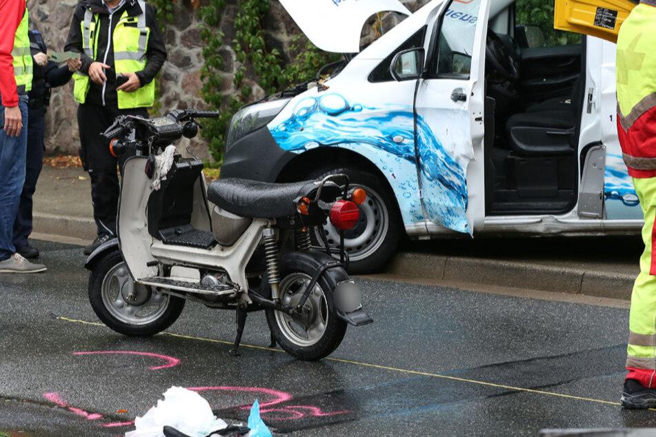 Der Mopedfahrer verletzte sich schwer und musste ins Krankenhaus, wo er schließlich verstarb.