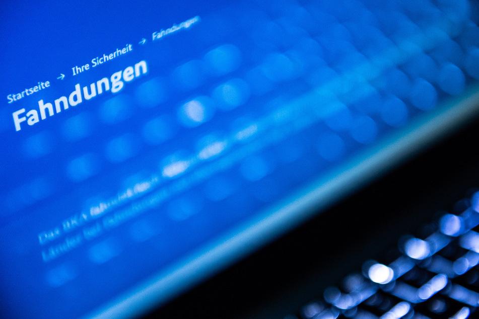 Auf einem Laptop ist eine Internetseite des Bundeskriminalamts (BKA) geöffnet, auf der nach Personen gefahndet wird (Symbolbild).