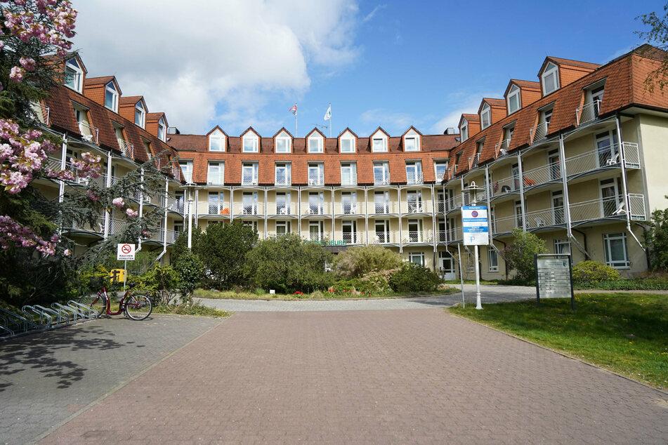 Mitarbeiter der Klinik sahen den Mann auf dem Gelände der Brandenburgklinik in Bernau (Barnim) und alarmierten die Polizei. (Archivbild)