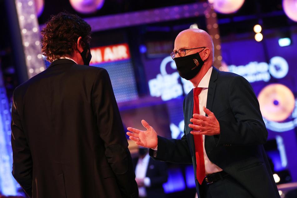 Virologe Christian Drosten (l) und Peter Tschentscher (SPD), Erster Bürgermeister Hamburgs, unterhalten sich vor der Gala zum 11. Deutschen Radiopreis.
