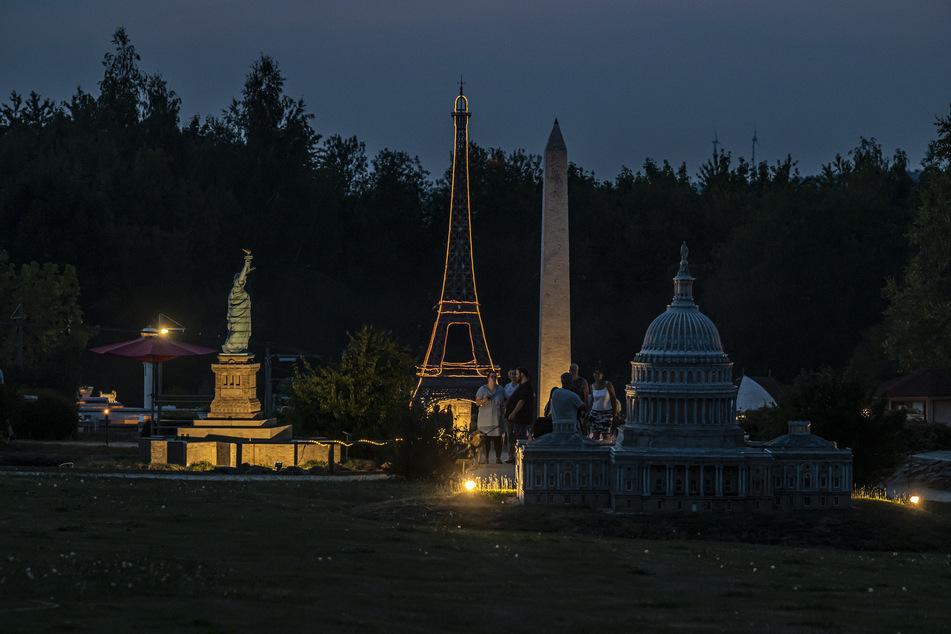 Romantische Fotos unter dem leuchtenden Eiffelturm: Nachtschwärmer kamen in der Lichtensteiner Miniwelt auf ihre Kosten.