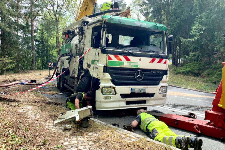 ADAC-Mitarbeiter und Kameraden der Feuerwehr räumten den Unfallort.