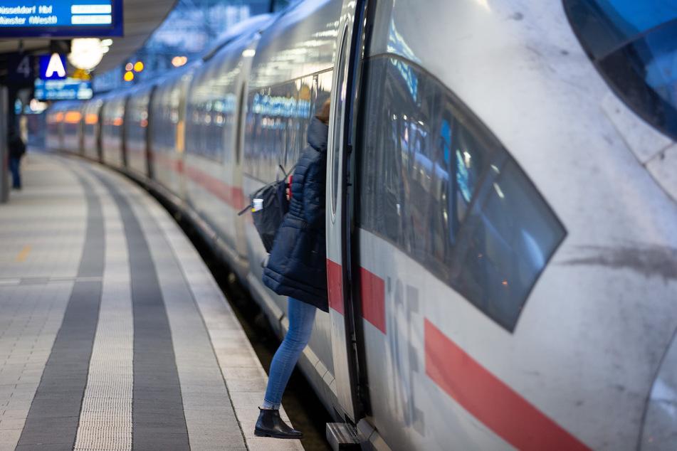 Etwa 45 Prozent gaben an, dass sie den Zug dem Flugzeug bei einer schnelleren Verbindung vorziehen würden.