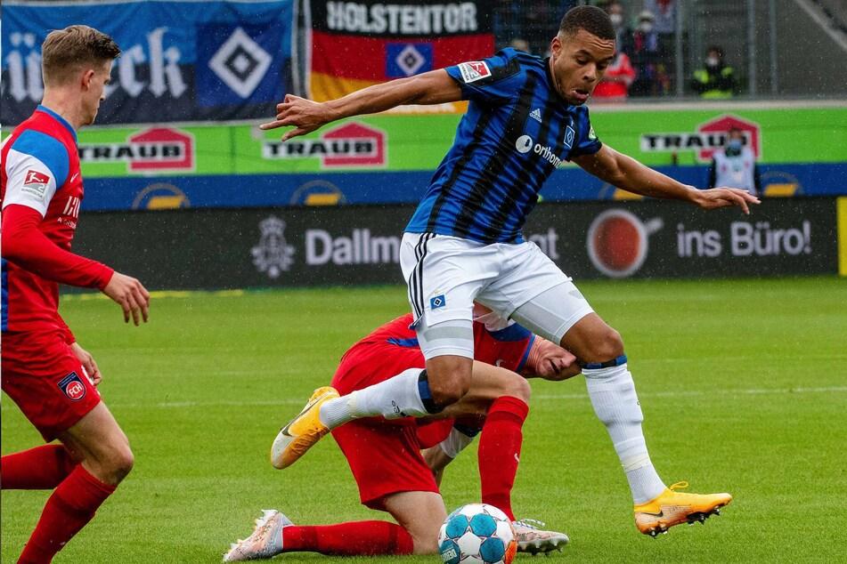 Heidenheims Jan Schöppner (hinten am Boden) und Hamburgs Jan Gyamerah kämpfen um den Ball.