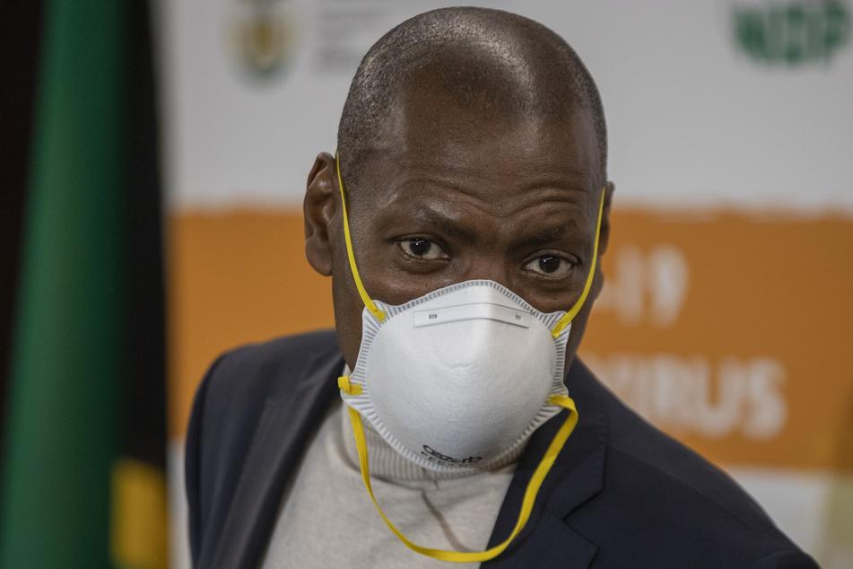 Zweli Mkhize, südafrikanischer Gesundheitsminister, schaut bei der Übergabe der medizinischen Notfallausrüstung für COVID-19 aus China am Flughafen O.R.Tambo zu.