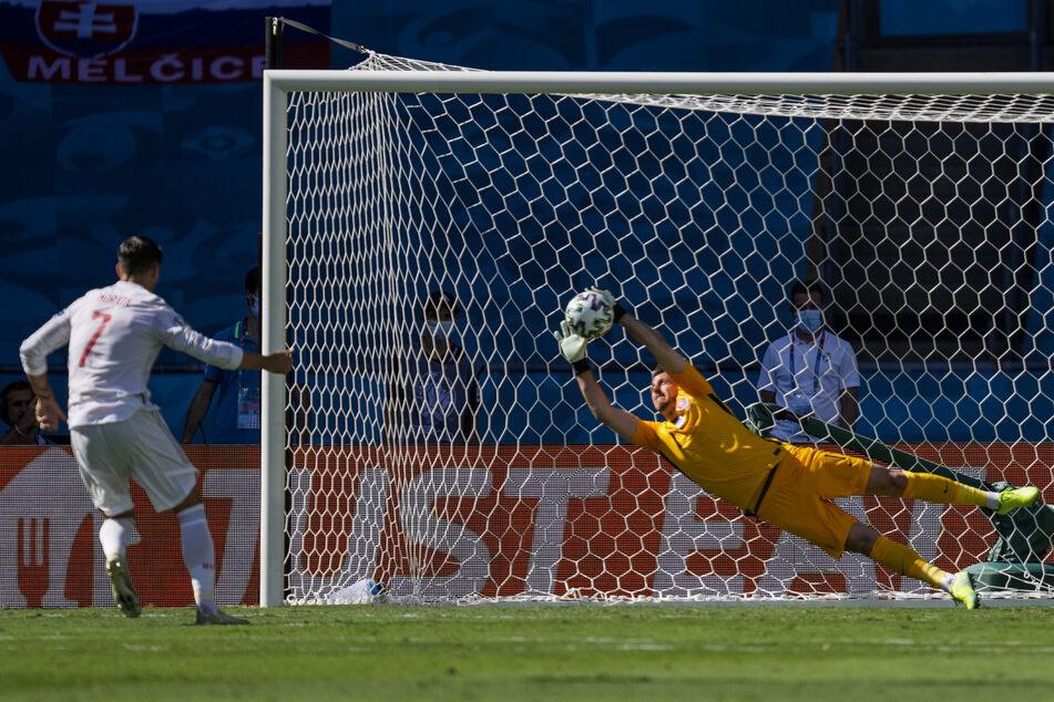 Spaniens Alvaro Morata (l.) scheitert mit seinem halbhohen Elfmeter am slowakischen Keeper Martin Dubravka. Beim späteren 1:0 für die Seleccion sah der Torwart jedoch alles andere als gut aus.