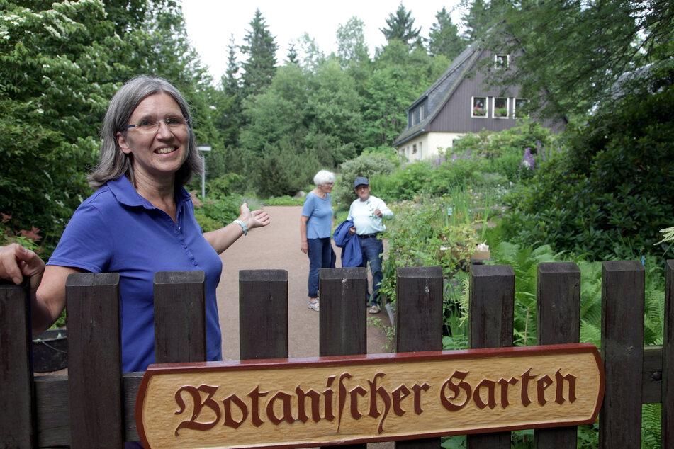 Gartenleiterin Annette Zimmermann lädt in ihren Botanischen Garten ein.