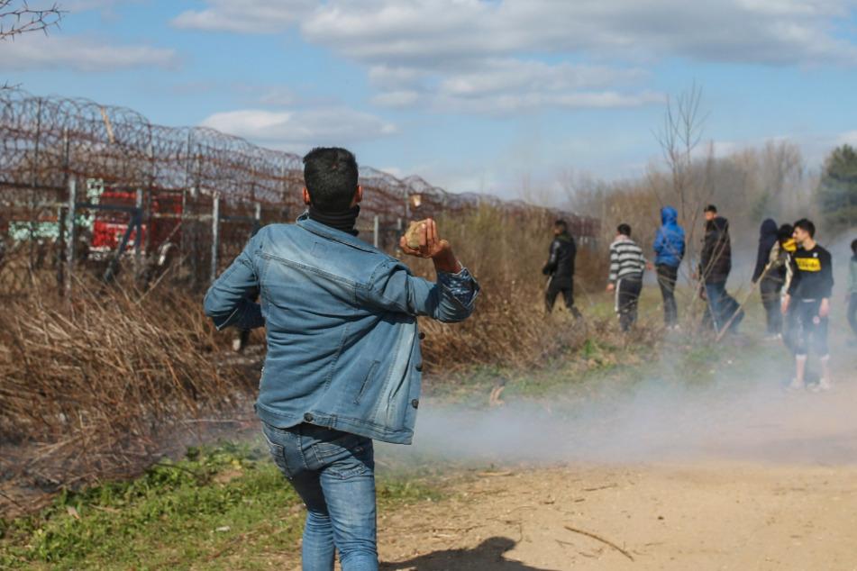 Ein Migrant wirft auf der türkischen Seite an der türkisch-griechischen Grenze einen Stein. Tausende von Flüchtlingen und anderen Migranten haben in der vergangenen Woche versucht, in das EU-Mitglied Griechenland zu gelangen, nachdem die Türkei erklärt ha