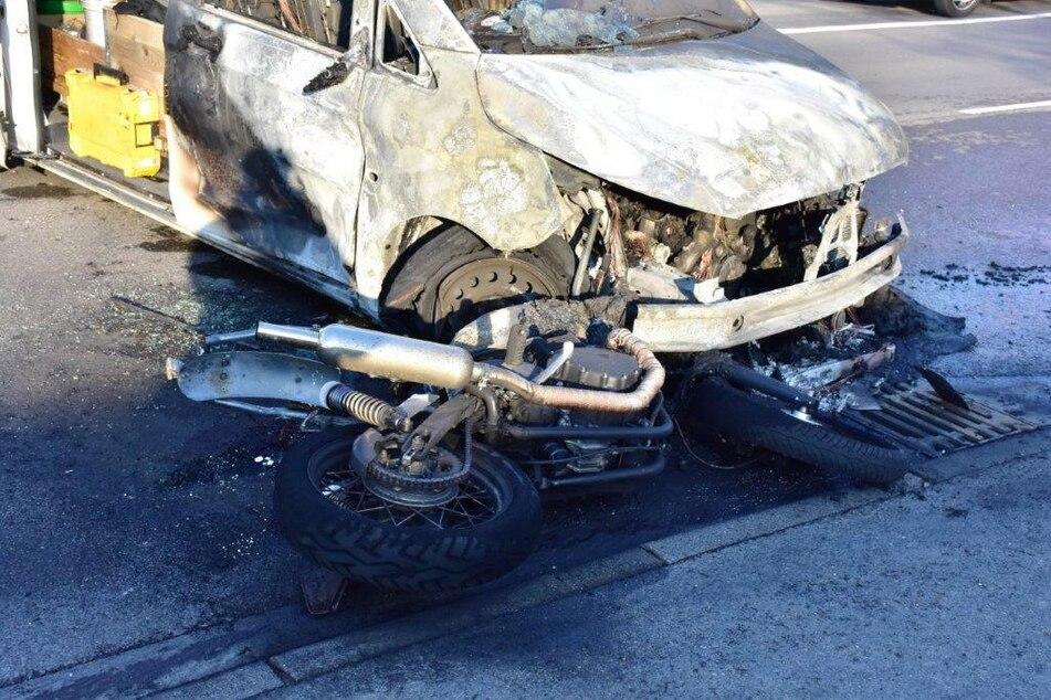 Tödlicher Unfall: Motorrad und Auto krachen zusammen und fangen Feuer!