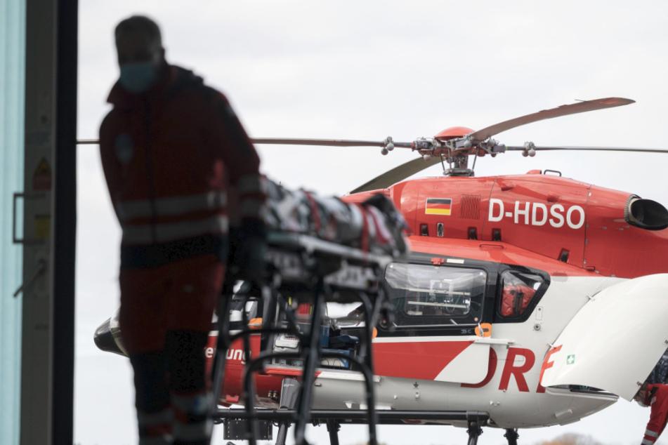 Ein Notfallsanitäter schiebt im Hangar des Intensivhubschraubers Christoph 111 der DRF Stiftung Luftrettung gemeinnützige AG eine Trage.