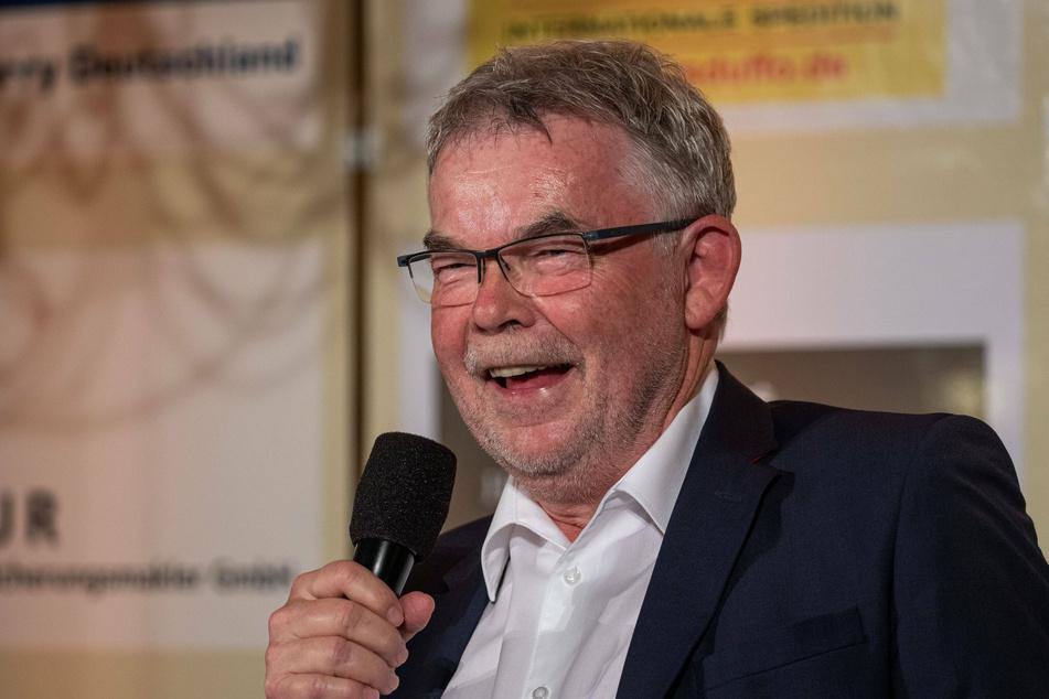 Fußballmoderator Manni Breuckmann (69) war bis 2008 viele Jahre in der Bundesliga-Konferenz der ARD unterwegs. Inzwischen ist er im Ruhestand, kann sich aber so manchen Kommentar bezüglich der Entwicklung des Fußballs nicht verkneifen.