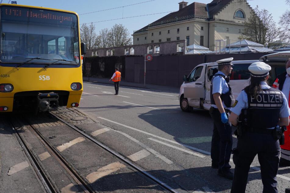 Kleintransport kracht in Stadtbahn: Zwei Verletzte