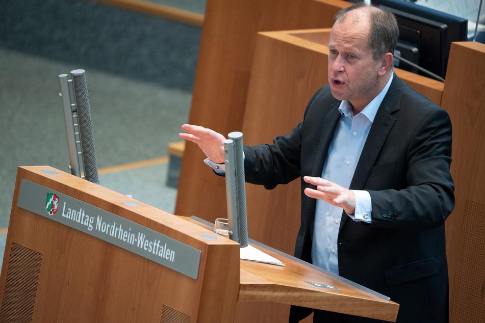 NRW-Familienminister Joachim Stamp geht von einer Erleichterung für Lehrer und Erzieher durch Corona-Schnelltests aus.