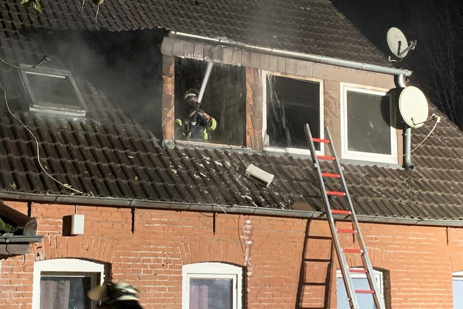 Mitten in der Nacht: Feuer nach Explosion in Mehrfamilienhaus