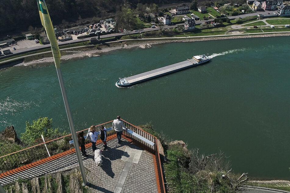 Die Luftaufnahme mit einer Drohne zeigt Besucher, die vom Loreleyfelsen in das Rheintal schauen.
