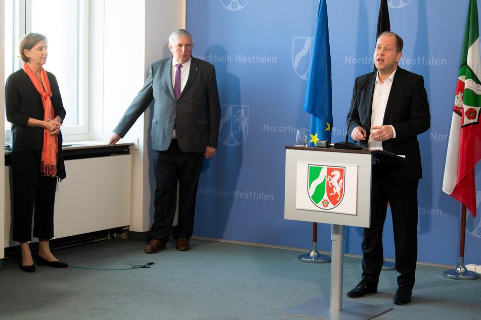 Joachim Stamp (FDP, r), stellvertretender Ministerpräsident des Landes Nordrhein-Westfalen, Yvonne Gebauer (FDP, l), Ministerin für Schule und Bildung des Landes Nordrhein-Westfalen und NRW-Gesundheitsminister Karl-Josef Laumann (CDU, M).