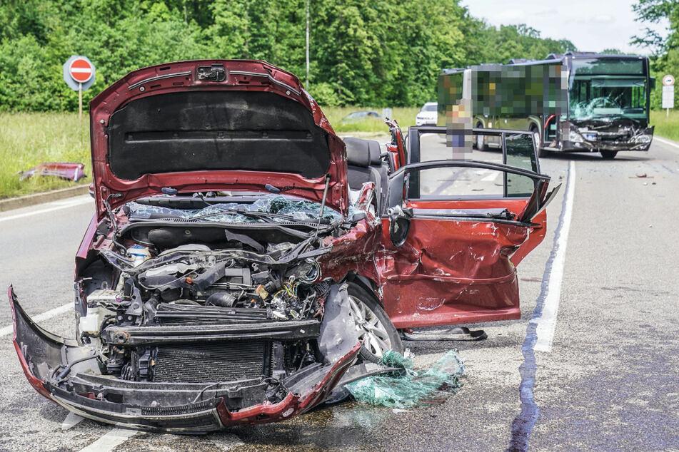 Das Auto steht nach dem Unfall völlig verformt an der Unfallstelle.