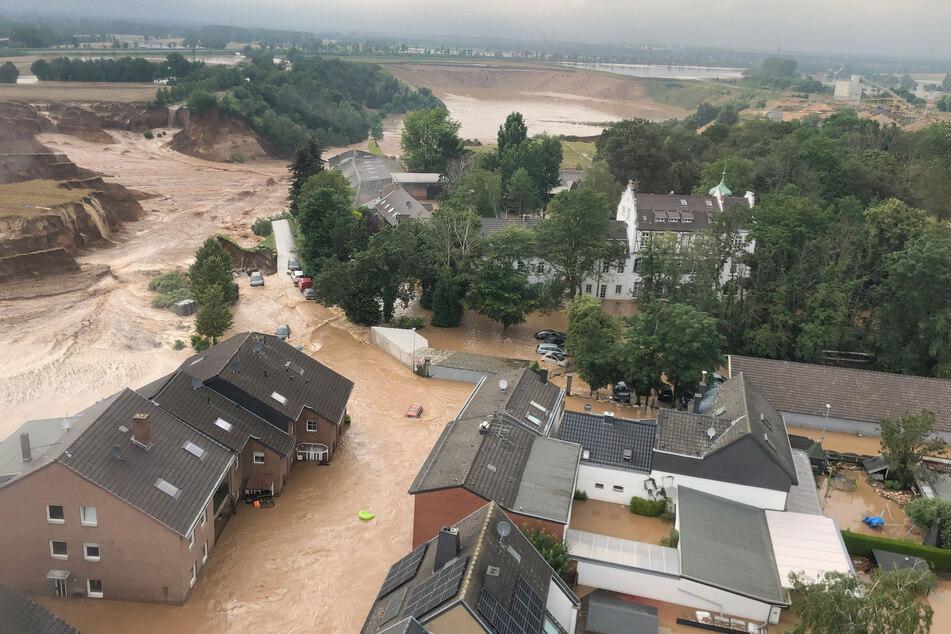 HANDOUT - 15.07.2021, Nordrhein-Westfalen, Erftstadt: Ein Foto, das die Bezirksregierung Köln am Freitag über Twitter verbreitete, zeigt Überschwemmungen in Erftstadt-Blessem. Laut der Behörde sind einige Häuser eingestürzt, mehrere Menschen würden vermisst.