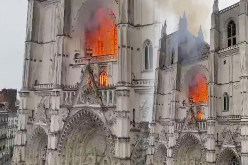 Feuerwehrleute wurden am Morgen zur Kathedrale in Nantes alarmiert.