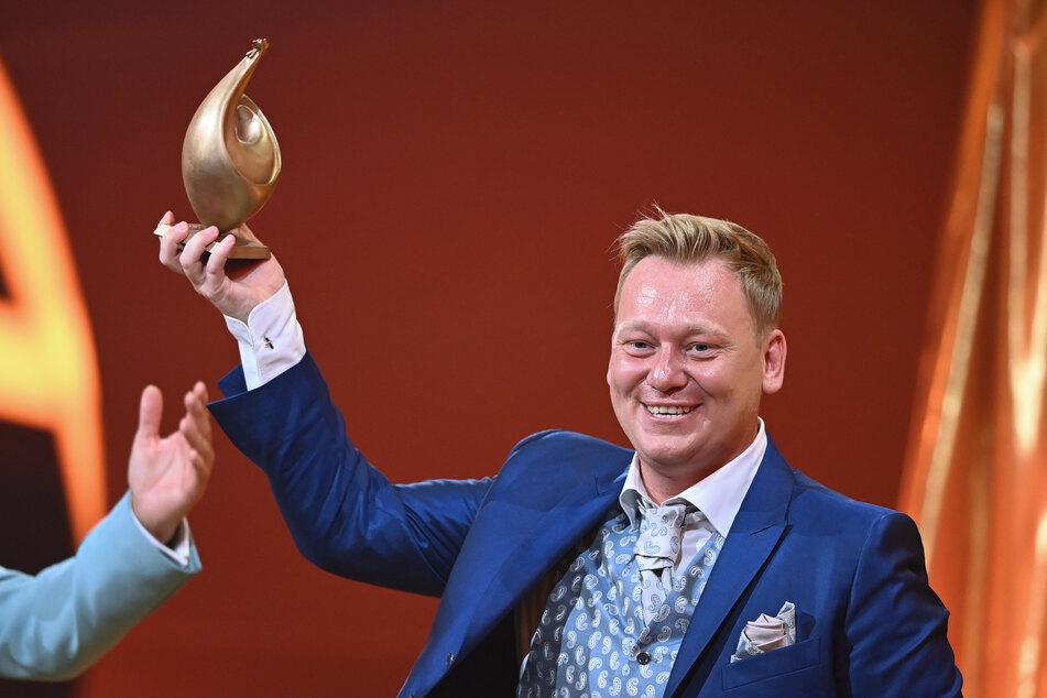 """Auch Online-Star Jens """"Knossi"""" Knossalla (35) durfte eine goldene Skulptur mit nach Hause nehmen."""