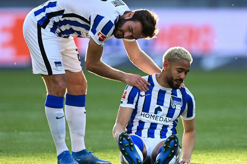 Lucas Tousart (23/l.) kümmert sich um den Verletzten Matheus Cunha (21). Sein Einsatz gegen Schalke ist fraglich.