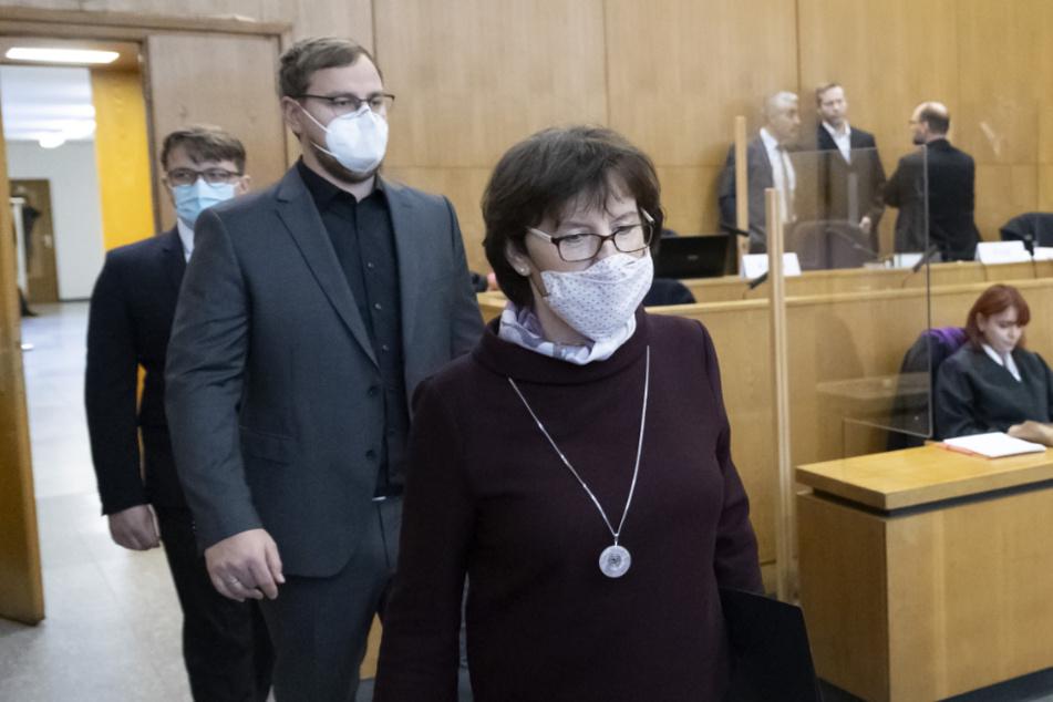 Irmgard Braun-Lübcke, Ehefrau des ermordeten Walter Lübcke, betritt mit ihren Söhnen Jan-Hendrik (M) und Christoph Lübcke den Gerichtssaal.