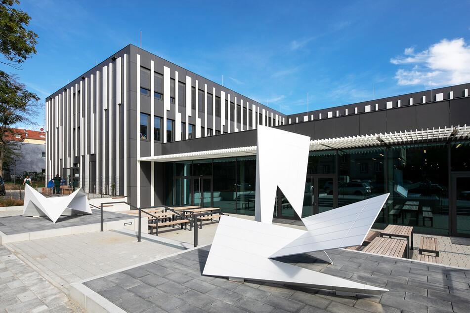 Rund 45 Millionen Euro hat Dresden für das Tschirnhaus-Gymnasium in der Südvorstadt ausgegeben. Das sind über zehn Millionen Euro mehr als ursprünglich geplant.