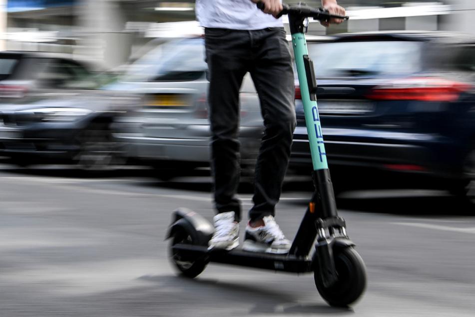 Köln: Betrunkener E-Scooter-Fahrer kracht gegen Auto