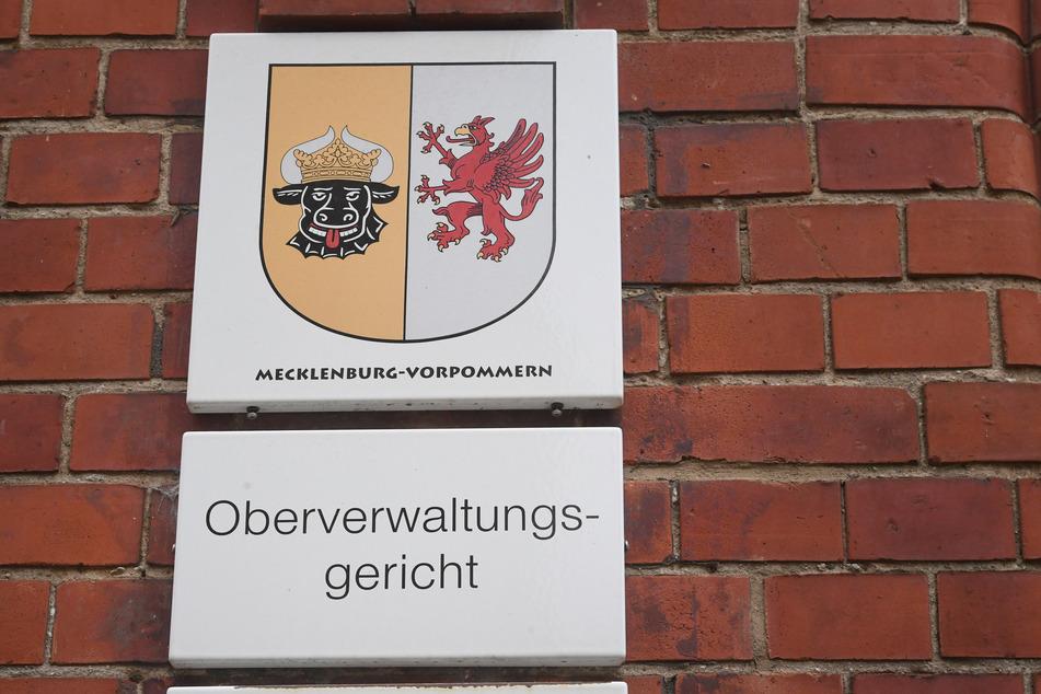 """Am Gerichtsgebäude in Greifswald hängt eine Schild mit dem Schriftzug """"Oberverwaltungsgericht""""."""