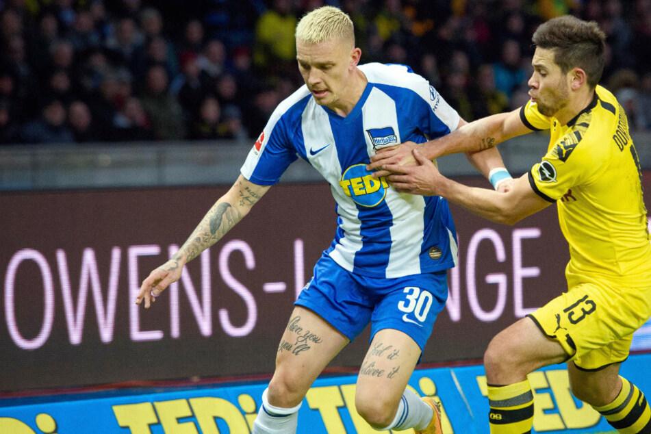 Marius Wolf im Zweikampf mit Dortmunds Raphael Guerreiro.