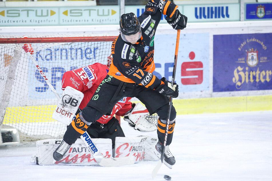 Der Schwede Johan Porsberger im Dress der Grazer versucht hier, den Klagenfurter Goalie zu überlisten.