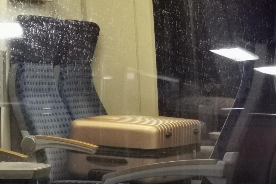 Schock in der S-Bahn: Herrenloser Koffer mit heraushängendem Draht gefunden!