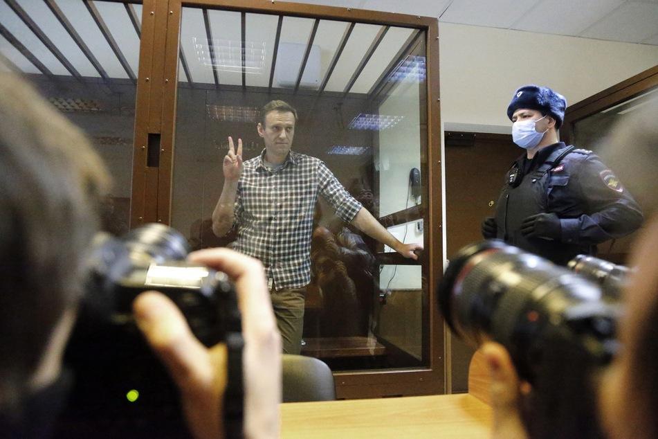 Die EU vermutet, dass der Kremlkritiker Nawalny durch seine Verurteilung politisch ausgeschaltet werden soll.