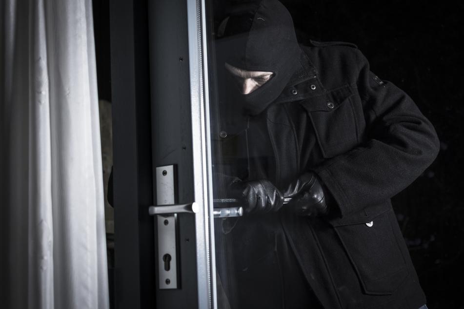 Mann überrascht Einbrecher in seiner Wohnung und wird mit Messer verletzt