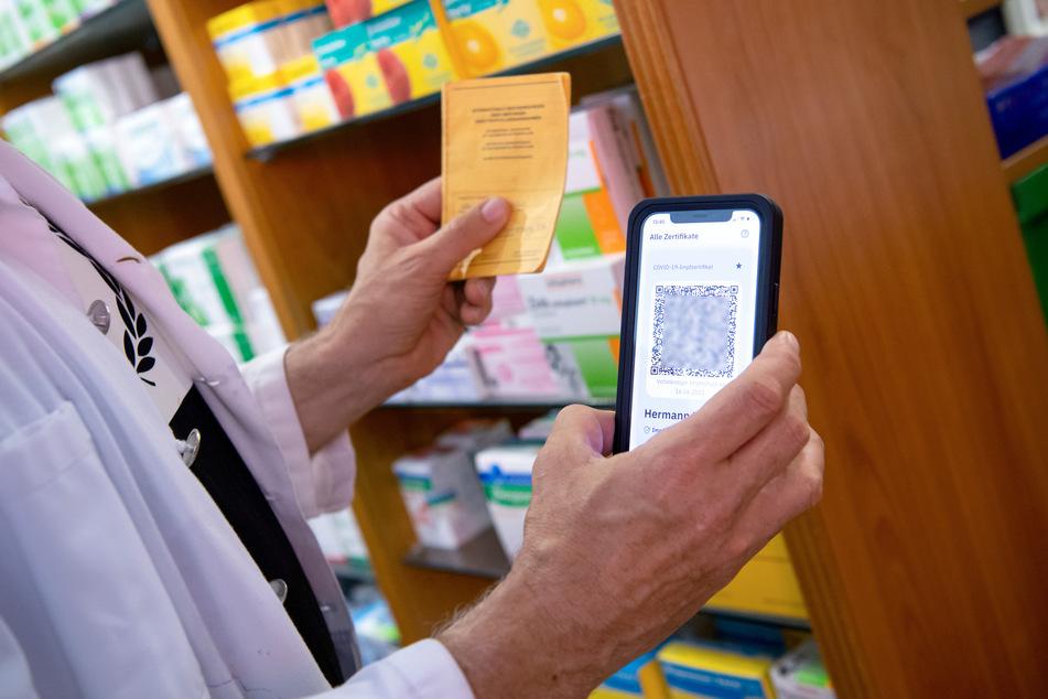 Geimpfte bekommen ihren digitalen Nachweis in Sachsen-Anhalt in Apotheken, Arztpraxen und Impfzentren. (Symbolbild)