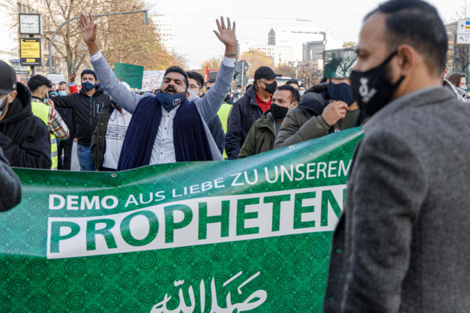 Islamisten demonstrieren hinter einem Transparent in St. Georg.