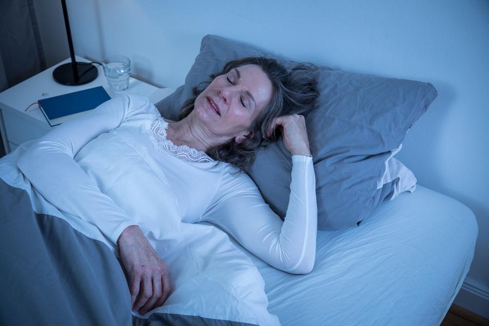 Dieser Frau dürfte die Hitze nicht allzu viel ausmachen. Glas Wasser: Check. Leichter Schlafanzug: Check. Einschlafen: Check.