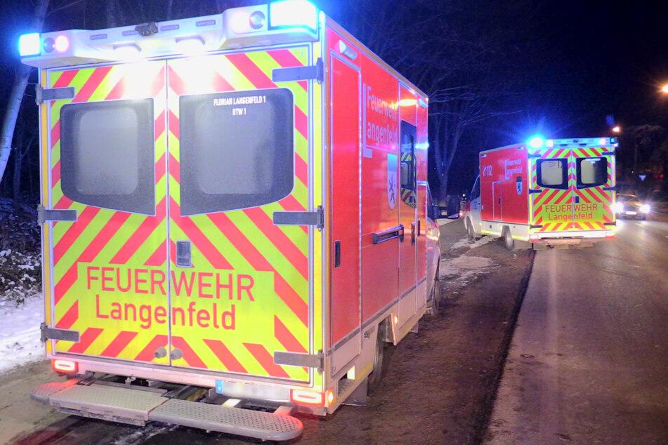 Die Feuerwehr in Langenfeld hat zwei in einem zugefrorenen See eingebrochene Menschen gerettet. Eine Person musste in ein Krankenhaus gebracht werden.